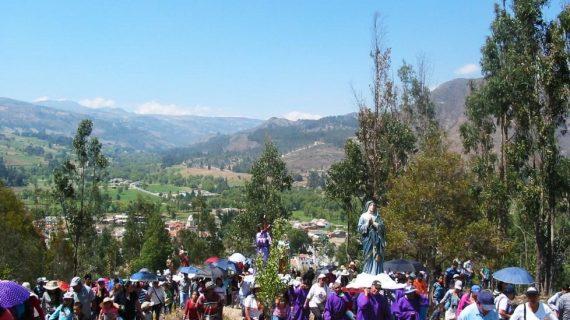 Procesión hacia el Alto de las Cruces-Vereda Toquilla